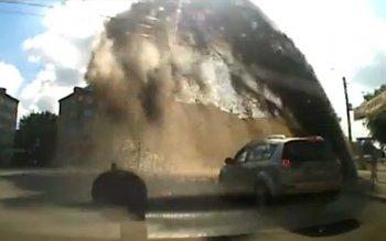 В Челябинске из-под асфальта пробился кипящий «гейзер»