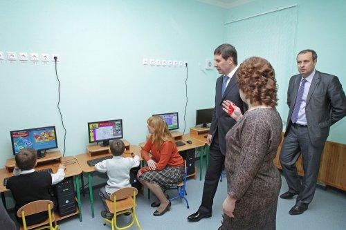 Михаил Юревич посетил новый детский сад, построенный специально для переселенцев из Розы