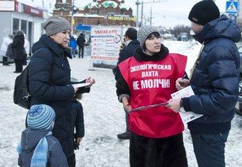 Жители Челябинска в День матери собирали подписи простив ГОКа