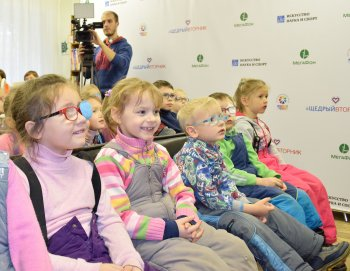 Кино – словами: «Щедрый вторник» показал фильмы с тифлокомментариями слабовидящим детям Екатеринбурга и Челябинска